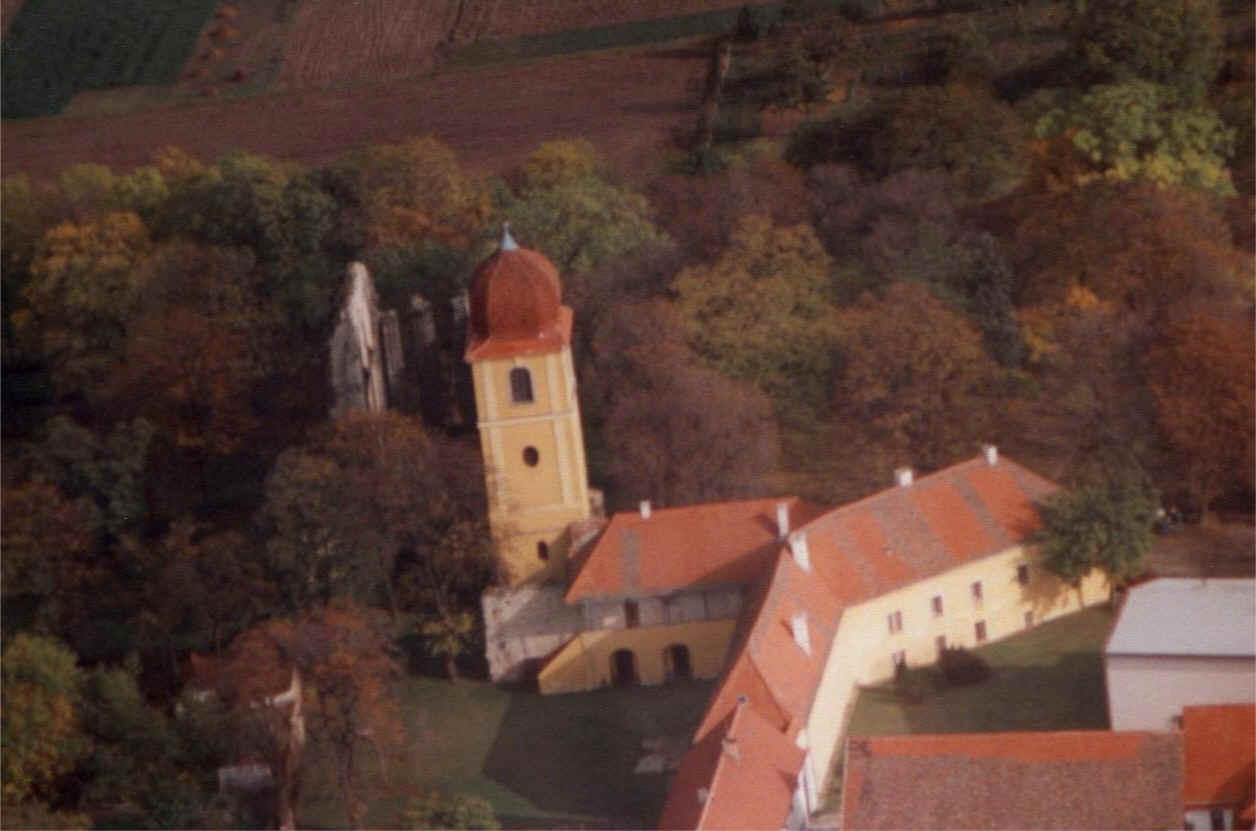 Panenský týnec - letecký snímek kostela s klášterem