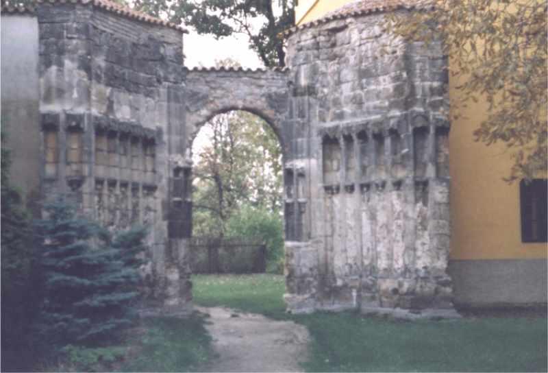 Panenský týnec - vstupní portál do chrámu